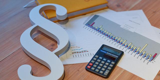 Taschenrechner und Unterlagen